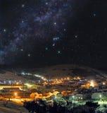 冷的冬天夜在山镇 免版税库存照片