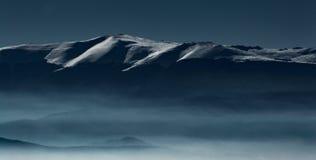 冷的冬天山 库存图片