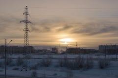冷的冬天日落,当室外的温度是- 50度摄氏 北部 在极圈 免版税库存图片