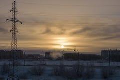冷的冬天日落,当室外的温度是- 50度摄氏 北部 在极圈 库存照片
