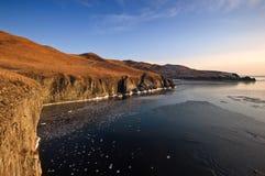 冷的冬天早晨的岩石海岸 免版税库存照片