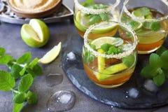 冷的刷新的夏天柠檬水mojito三块玻璃  库存图片