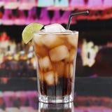 冷的可乐饮料或古巴Libre鸡尾酒在酒吧 免版税图库摄影