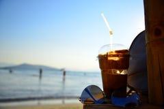 冷的咖啡热天气海滩假期 库存图片
