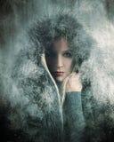 冷的在雪的冬天女孩佩带的毛皮 库存照片
