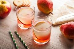 冷的夏天鸡尾酒饮料用梨 免版税库存照片