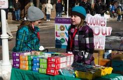 冷的女童子军和曲奇饼 免版税库存照片