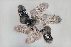 冷的季节的手工制造被编织的袜子 在视图之上 许多不同的蓝色颜色袜子 免版税库存照片