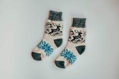冷的季节的手工制造被编织的袜子 在视图之上 许多不同的蓝色颜色袜子 库存图片