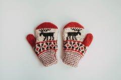 冷的季节的手工制造被编织的袜子 在视图之上 许多不同的蓝色颜色袜子 免版税库存图片