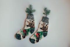 冷的季节的手工制造被编织的袜子 在视图之上 许多不同的蓝色颜色袜子 免版税图库摄影