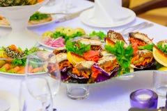 冷的开胃菜、纤巧和海鲜在自助餐 库存图片