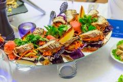 冷的开胃菜、纤巧和海鲜在自助餐 免版税库存图片