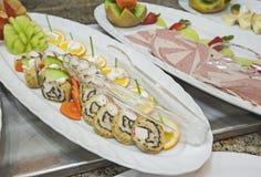 冷的开胃菜的选择在显示的在餐馆自助餐 库存图片