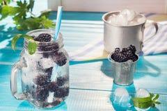 冷的新鲜的柠檬水用黑莓 免版税库存照片