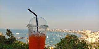 冷的柠檬茶有芭达亚海滩视图 库存照片