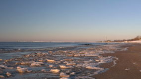 冷的波罗的海在与冰冷的海滩里加,拉脱维亚的冬天 股票视频