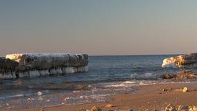 冷的波罗的海在与冰冷的海滩的冬天 股票录像