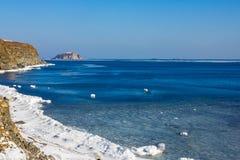 冷的海在早期的春天 库存图片