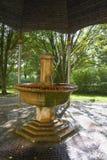 冷的矿泉水春天亭子在小西部漂泊温泉镇Marianske Lazne Marienbad -捷克 免版税图库摄影