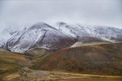 冷的秋天风景在西伯利亚,冬天开始  Ukok 免版税库存图片