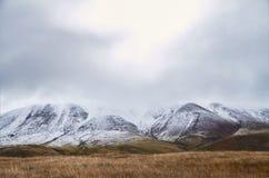 冷的秋天风景在西伯利亚,冬天开始  Ukok 免版税库存照片