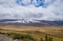 冷的秋天风景在西伯利亚,冬天开始  Ukok 免版税图库摄影