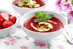 冷的草莓汤为夏天 免版税图库摄影