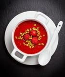 冷的草莓汤为热的夏天 库存图片