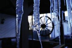 冷的蓝色冰柱 免版税库存图片