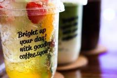 冷的被冰的巧克力、绿茶和桃子茶 免版税库存图片
