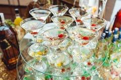 冷的酒客玛格丽特鸡尾酒 与饮料立场的玻璃在玻璃立场 图库摄影