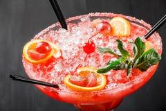 冷的酒精西瓜鸡尾酒用桔子、薄菏、冰和gr 免版税库存图片