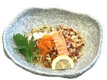 冷的面条,与新鲜的三文鱼,日本食物的Capellini 库存照片
