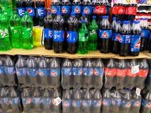 冷的饮料产品的选择在架子的在超级市场 库存照片