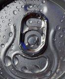 冷的饮料能与水下落 免版税库存照片