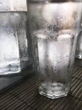 冷的水的关闭玻璃  免版税库存照片