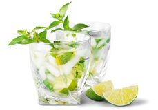 冷的mojito饮料,酒精被隔绝的杯  库存照片
