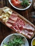 冷盘盛肉盘用早午餐的乳酪 免版税库存图片