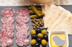 冷盘盛肉盘用皮塔饼面包和腌汁 免版税库存图片