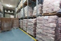 冷藏库的肉集中处。 库存照片