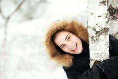 冷逗人喜爱的走读女生微笑冬天 免版税库存照片