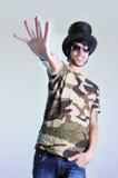 冷静人帽子佩带的年轻人 库存图片
