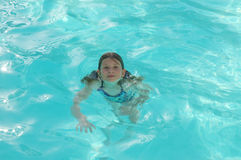 冷静池游泳 免版税图库摄影