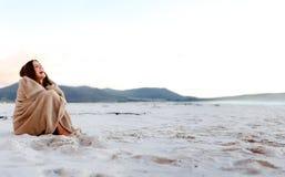 冷颤的海滩毯子 免版税库存图片