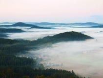 冷颤的秋天大气在乡下 冷和潮湿的秋天早晨,雾移动谷在小山之间 免版税图库摄影