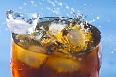 冷饮料茶点碳酸钠飞溅 免版税图库摄影