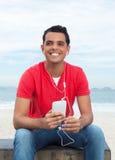 冷却做与电话的红色衬衣的拉丁人selfie 免版税库存照片