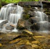 冷水在有石头的The Creek 免版税库存照片