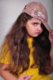 冷却有打手势的盖帽的青少年的年龄女孩摆在和 库存照片